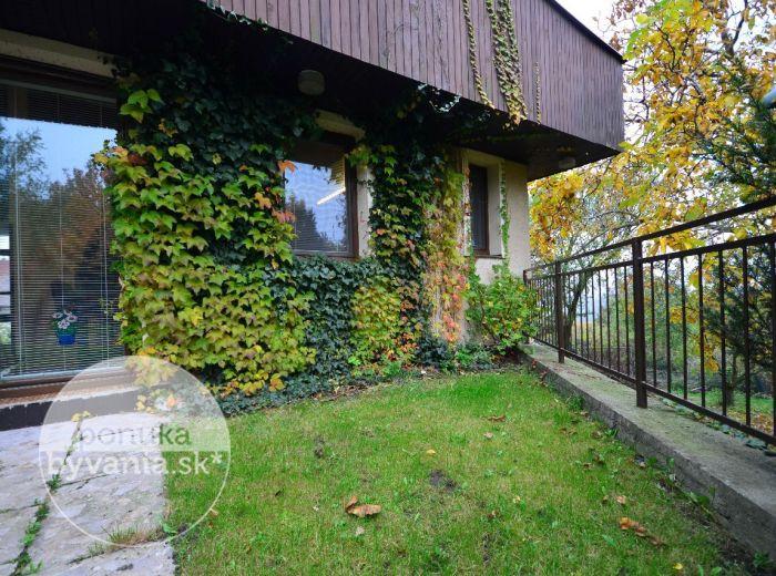 PREDANÉ - CHRASŤOVÁ, 9-i dom, 307 m2 - pozemok 426 m2, PRESTÍŽNA lokalita, predpripravený BAZÉN, krb, VÝHĽAD NA HRAD