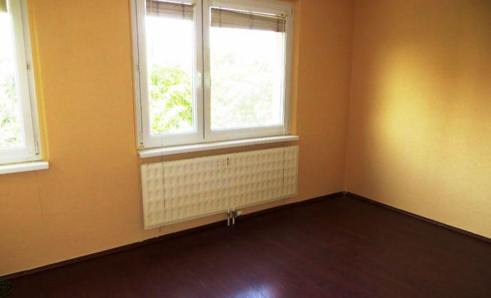 Best Real - 1-izbový byt porekonštrukcii vo Velkom Mederi, 4/8 poschodie, 27m2.