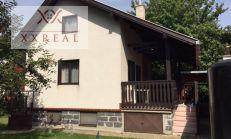 PREDAJ, Rekonštruovaná rekreačná chata pri prítoku Malého Dunaja v uzavretom areáli