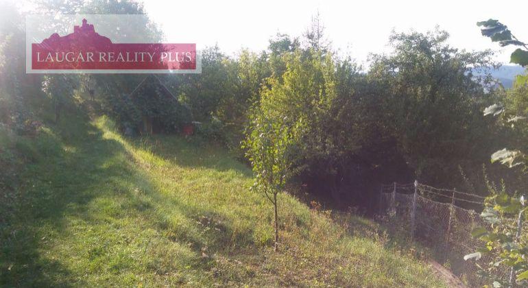 Predám záhradu v Trenčíne aj s malou chatkou.