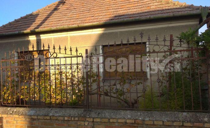 Ponúkame Vám na predaj 3 izbový rodinný dom v Dvoroch nad Žitavou.