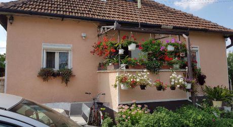 Ponúkame na predaj rodinný dom v obci Moča.