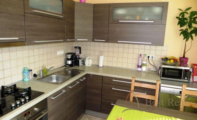 Best Real - kompletne zrekonštruovaný 2-izbový byt s loggiou na Toryskej ulici, 56m2, 2/4 poschodie, čiastočne zariadený.
