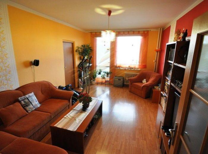 PREDANÉ - JANKA ALEXYHO, 3-i byt, 77 m2 - ZREKONŠTRUOVANÝ byt s VEĽKOU LOGGIOU, v príjemnej lokalite, v zatepl. dome s VÝHĽADOM NA KARPATY