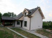 Atypická, takmer neužívaná novostavba v obci Krnča - 10 minút od Topoľčian! Nechajte sa ňou očariť a hneď sa sťahovať!