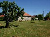 Ponúkame Vám dom s krásnou záhradou plnou stromov a kvetov v Prašiciach za novú zníženú cenu !