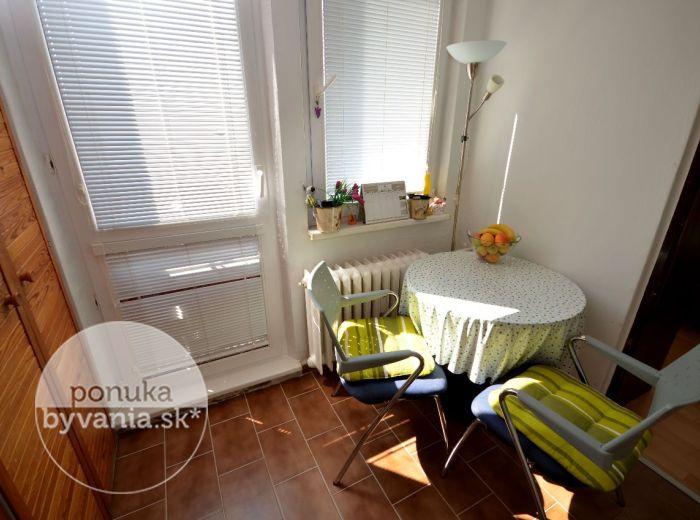 PREDANÉ - ADÁMIHO, 2-i byt, 44 m2 – SLNEČNÝ byt, NAJVYŠŠIE podlažie, francúzsky balkón, začiatok Karlovej Vsi - LOKALITA plná zelene