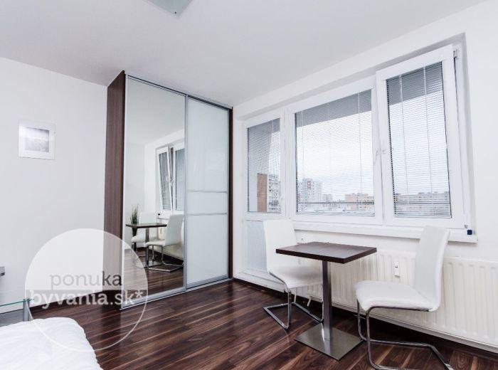 PREDANÉ - ROVNIANKOVA, 1-i byt, 34 m2 - kompletná rekonštrukcia, moderne ZARIADENÝ, loggia, samostatné WC, NÍZKE NÁKLADY, ihneď voľný