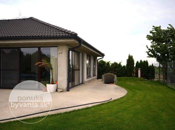PREDANÉ - RECA, 4-i dom, 245 m2 – BUNGALOV, tehla, pozemok 1000 m2, dvojgaráž, tichá lokalita, NÍZKOENERGETICKÁ novostavba