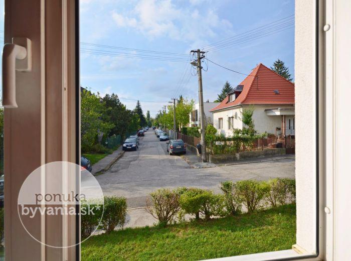 PREDANÉ - JASEŇOVA, 2-i byt, 32 m2 – zrekonštruovaný byt, TEHLA, vlastný KOTOL, mesačné náklady 38 EUR, murovaná pivnica, ihneď voľný, HORSKÝ PARK