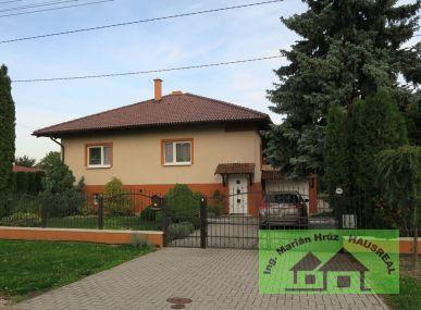 REZERVOVANÉ!!Krásny rodinný dom, 200 m2, garáž, terasa,  bazén, okrasná záhrada, Vráble