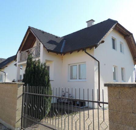 Preda dvojpodlažného podpivničeného rodinného domu v obci Miloslavov časť Alžbetin dvor