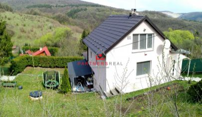 ODPORÚČAME! Moderný rodinný dom so štatútom chaty 100m2, panoramatický výhľad, pozemok 550m2 pod lesom, 9 Km od KE /  SOKOĽ