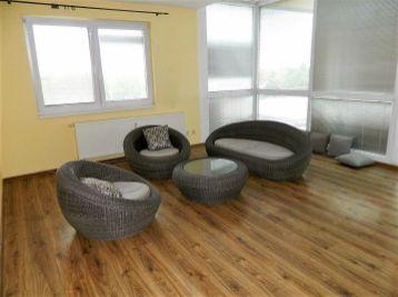 Predáme nadštandardný 3-izbový byt s terasou v Seredi v lukratívnej lokalite