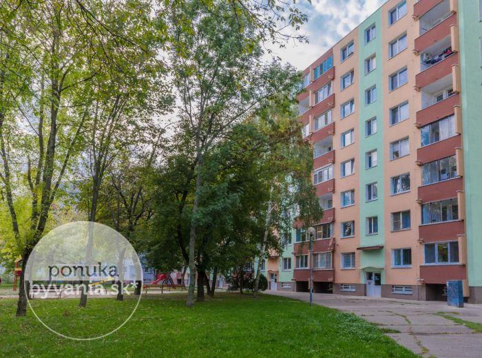 PREDANÉ - ESTÓNSKA, 3-i byt, 70 m2 – moderný byt, kompletná REKONŠTRUKCIA, zateplený, zasklená loggia, nová kuchynská linka, PIVNICA