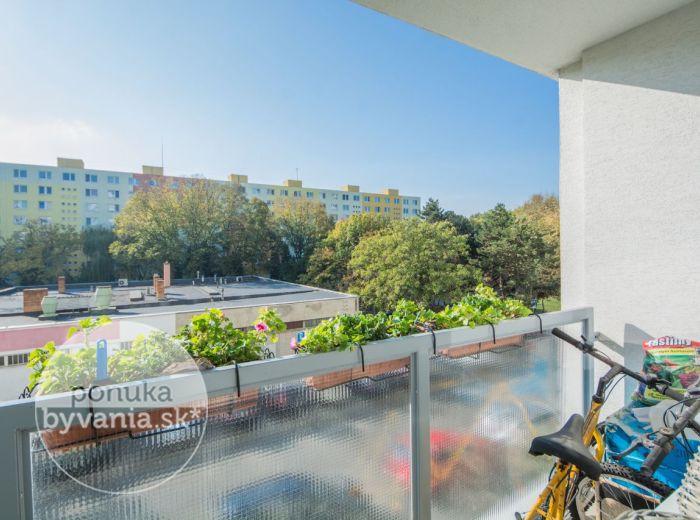 PREDANÉ - MUŠKÁTOVÁ, 3-i byt, 74 m2 – výborná orientácia, priestranný, 2x BALKÓN, len 100 m od OC Retro, výhľad na zeleň, OBĽÚBENÁ LOKALITA