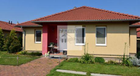 TOP PONUKA   4 - izbový priestranný rodinný dom 90 m2,  pozemok 375 m2 - Rajka