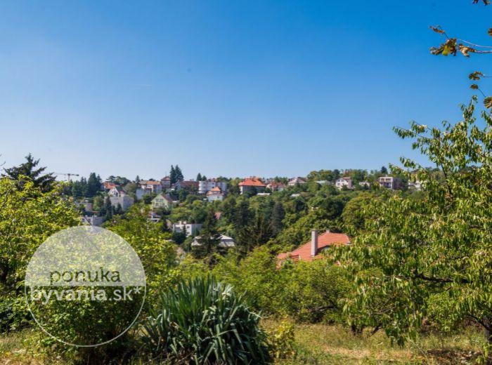 PREDANÉ - STARÁ VINÁRSKA, stavebný pozemok, 654 m2 – VŠETKY IS, nádherný výhľad na HRAD, exkluzívna lokalita kúsok od SLAVÍNA