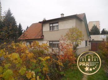 Predaj domu s garážou a pozemkom 1044m2, na sídl.Sever v Bánovciach n/B.