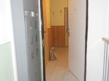 Prenájom 3-izb.bytu /82m2/ s loggiou, špajzou a komorou v Bánovciach n/B., sídl.Sever