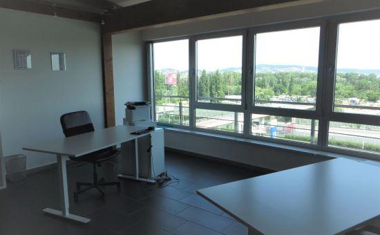 Veľkorysá kancelária predelená na dve pracoviská