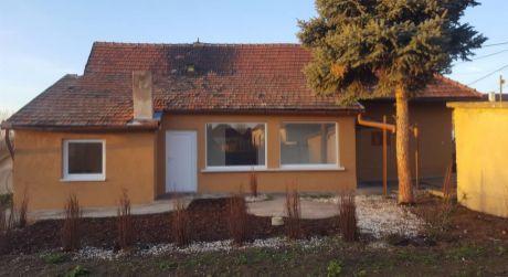 REZERVOVANÉ - Prerobený 3 izbový rodinný dom vo Svätom Petri 15 km od Komárna