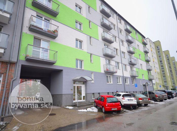 PREDANÉ - TEHELNÁ, 2-i byt, 60 m2 – priestranný, TEHLA, pivnica, balkón, samostatná kuchyňa s jedálňou, komora, skvelá lokalita na SKOK OD CENTRA
