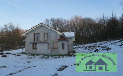 Rozostavaná vila v nádhernom prostredí pod lesom, 300 m2, 3 byt.jednotky, Trávnica
