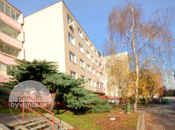 PREDANÉ - TRANOVSKÉHO, 2-i byt, 51 m2 –  priestranný, kompletná rekonštrukcia, samostatná kuchyňa, pivnica – POKOJNÉ BÝVANIE BLÍZKO LESA