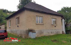 IBA U NÁS Vám ponúkame na predaj starší 3-izbový rodinný dom v pôvodnom stave v obci Horná Súča.