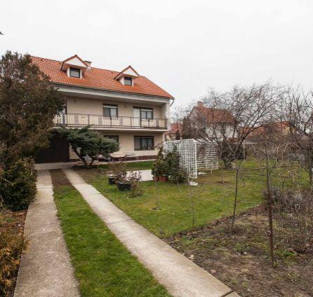 EXKLUZÍVNY PREDAJ - Hľadáte pokojné bývanie s veľkou záhradou, ale chcete ostať blízko Bratislavy?