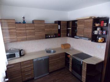 Kompletne zrekonštruovaný a zariadený 2 i byt v tichej lokalite.