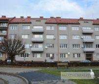 PREDANÉ: Veľký 3,5 izb. tehlový zariadený byt s vlastným parkovaním v centre 125 m2