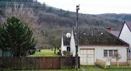 Na predaj rodinný dom 2+1, veľká záhrada, 1.771 m2, Bzince pod Javorinou
