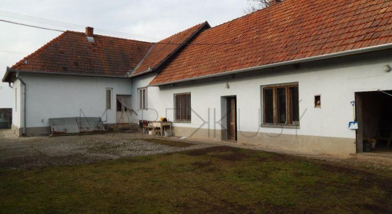 Rodinný dom na predaj Žemberovce, 1125m2, garáž