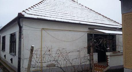 Predaj - 2 izbový rodinný dom s letnou kuchyňou v Dulovciach