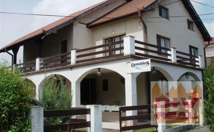 Ponúkame Vám na predaj priestranný dom v kúpeľnom meste Veľký Meder, okr. Dunajská streda, vzdialený cca 900m2 od termálneho kúpaliska, vhodný na penzión, bývanie, hotel, domov dôchodcov, sídlo spoloč