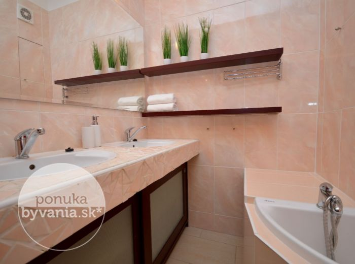 PREDANÉ - TOPLIANSKA, 3-i byt, 71 m2 –  kompletná REKONŠTRUKCIA, samostatná kuchyňa, krásna kúpeľňa s rohovou vaňou, zasklená LOGGIA, blízko dunajskej hrádze