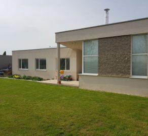 StarBrokers - NOVOSTAVBA zabývaného 4-izb. bungalovu s krbom, solárnymi panelmi a inými výhodami, zariadenie v cene!