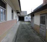 Bzince pod Javorinou:Dom v strede obce v zachovalom stave na široké spektrum využitia.