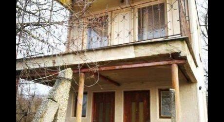 Ponúkame na predaj poschodovú chatu v Malej nad Hronom.