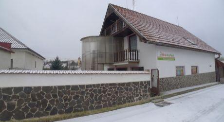 Krnča - zabehnutá predajňa potravín s 3 izbovým bytom a pohostinstvo s terasou