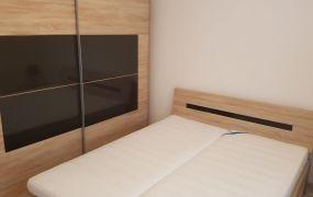 IBA U NÁS Vám ponúkame na prenájom veľký 3 izbový byt  v centre mesta Trenčín, na Hviezdoslavovej ulici.