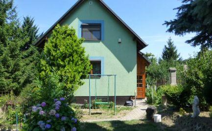 Celoročne obývateľná chata so súpisným číslom a s pekne udržiavanou záhradou v lokalite Strmé sady.
