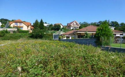 Stavebný pozemok s pekným výhľadom v Rači so skolaudovanými IS a právoplatným stavebným povolením.