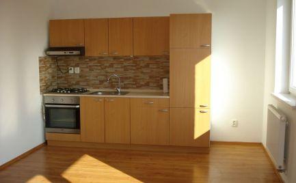 ZNÍŽENÁ CENA - Priestranný 3 izb byt v novostavbe v centre obce Rohovce