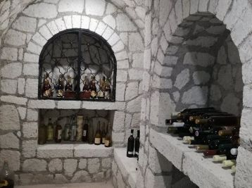 Prekrásna vinna pivnica pre náročnych dvojposchodova