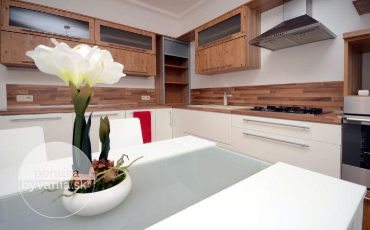 PREDANÉ - SÚMRAČNÁ, 2-i byt, 70 m2 – zateplený, kompletne ZREKONŠTRUOVANÝ, priestranné izby, loggia, ODHLUČNENÉ okná