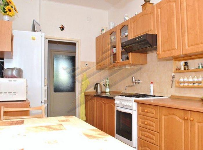 PREDANÉ - SOKOLSKÁ, 4-i byt, 93 m2 -  NOVÁ CENA, čiastočná rekonštrukcia, bývanie s PARKOVANÍM VO DVORE, so ZÁHRADKOU pod domom a KRBOVÝMI KACHLAMI v obývačke