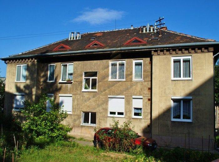 PREDANÉ - SOKOLSKÁ, 3-i byt, 93 m2 - NOVÁ CENA, čiastočná rekonštrukcia, bývanie s PARKOVANÍM VO DVORE, so ZÁHRADKOU pod domom a KRBOVÝMI KACHLAMI v obývačke